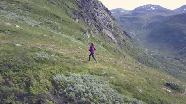 stockvideo's en b-roll-footage met woman running in high mountains, with beautiful view, aerial shot - individualiteit