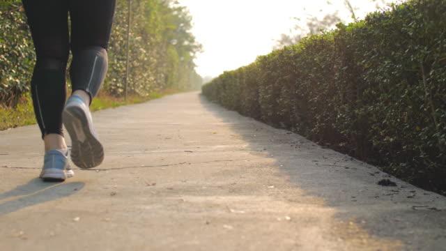 stockvideo's en b-roll-footage met vrouw loopt in de ochtend - jogster