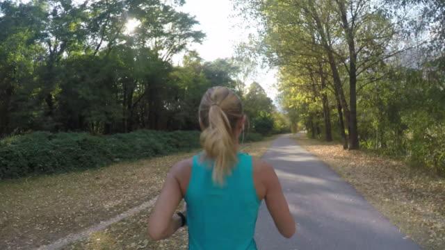 vídeos y material grabado en eventos de stock de mujer corriendo en el parque - corredora de footing