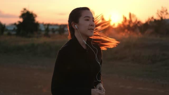 vídeos de stock e filmes b-roll de woman running in the sunset time - membro