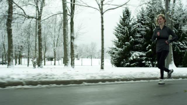vidéos et rushes de femme courir en hiver - joggeuse