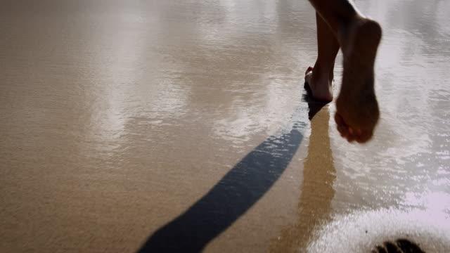 vídeos y material grabado en eventos de stock de mujer corriendo en la playa - corredora de footing