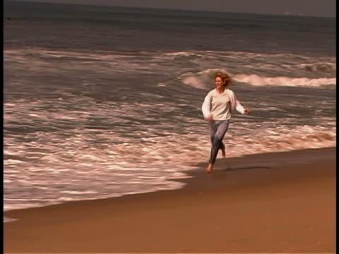 vidéos et rushes de woman running on beach - seulement des jeunes femmes