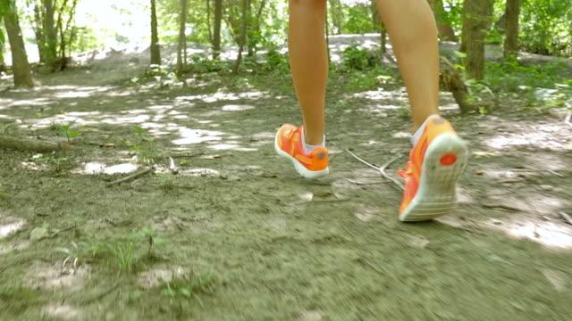 vidéos et rushes de femme course sur sentier, la saleté sur pieds et chaussures de running - joggeuse