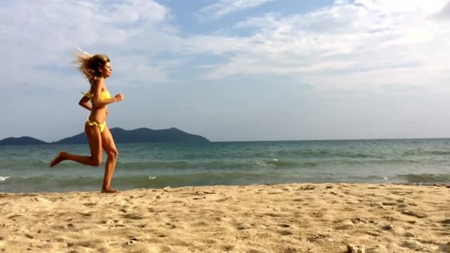 Frau Laufen am Strand am Meer