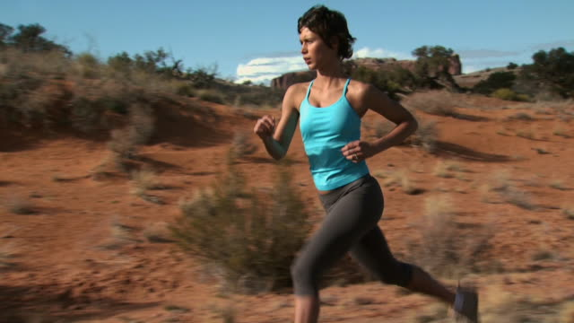 woman running outdoors with red rock - andere clips dieser aufnahmen anzeigen 1147 stock-videos und b-roll-filmmaterial