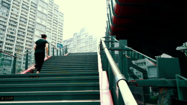 stockvideo's en b-roll-footage met woman running up staircase - mouw