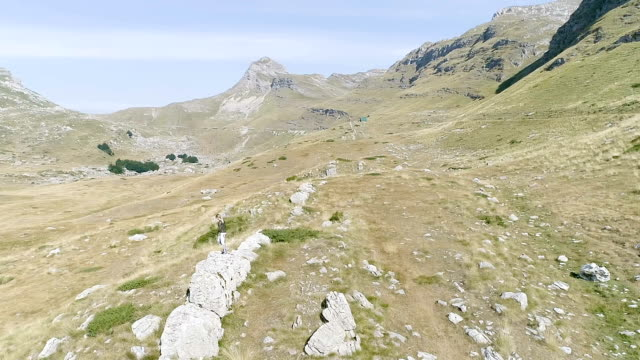 Frau rennt den Berg hinauf