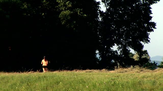 vídeos y material grabado en eventos de stock de hd: mujer corriendo - corredora de footing