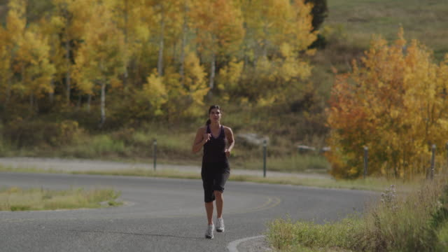 woman running - vorderansicht stock-videos und b-roll-filmmaterial