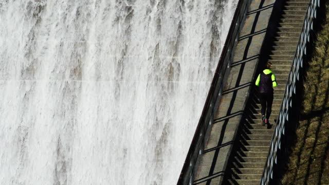 vídeos de stock, filmes e b-roll de woman runs up hoover dam stairs - represa hoover