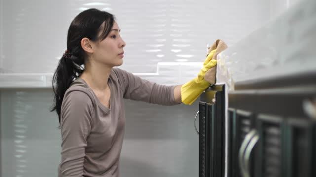 frau sanitising der tafel - hausarbeit stock-videos und b-roll-filmmaterial