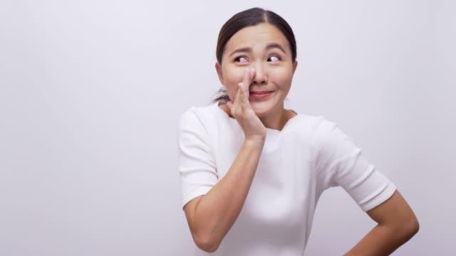 vidéos et rushes de femme disant secret sur fond blanc isolé 4k - confidence