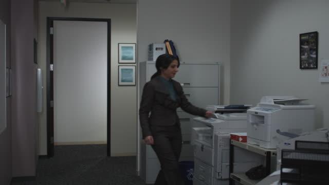 stockvideo's en b-roll-footage met ms woman scanning head in copy machine, dallas, texas, usa - kopiëren