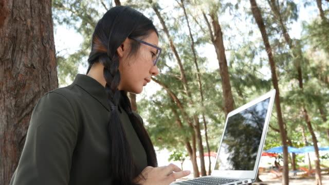 stockvideo's en b-roll-footage met vrouw zoekgegevens met laptop - ingesproken bericht