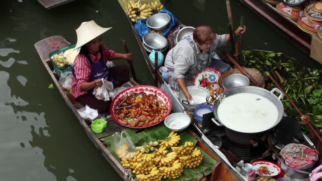 ws woman  selling delicious food out of her boat and taking money  / bangkok, ratchaburi provinvr, thailand - floating market stock videos & royalty-free footage
