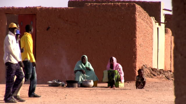 woman selling food along the street. niger, agadez. - ニジェール点の映像素材/bロール