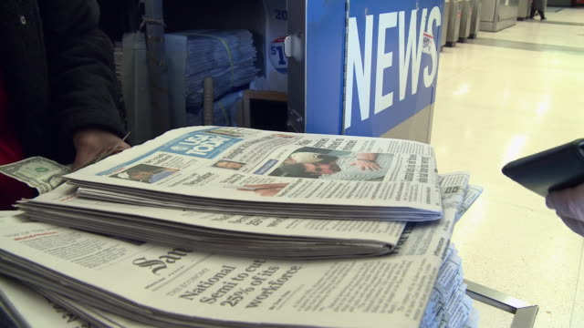 vidéos et rushes de cu td woman selling newspapers at news stand at subway station, san francisco, california, usa / audio - kiosque à journaux
