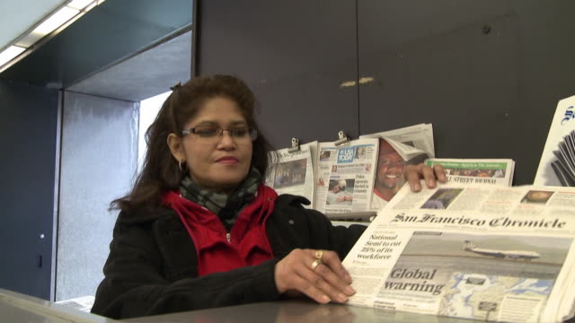 vidéos et rushes de cu woman selling newspapers at news stand at subway station, san francisco, california, usa / audio - kiosque à journaux