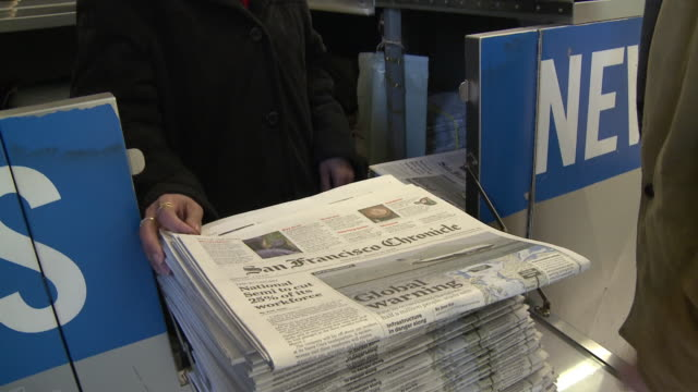 vidéos et rushes de cu tu td woman selling newspapers at news stand at subway station, san francisco, california, usa / audio - kiosque à journaux