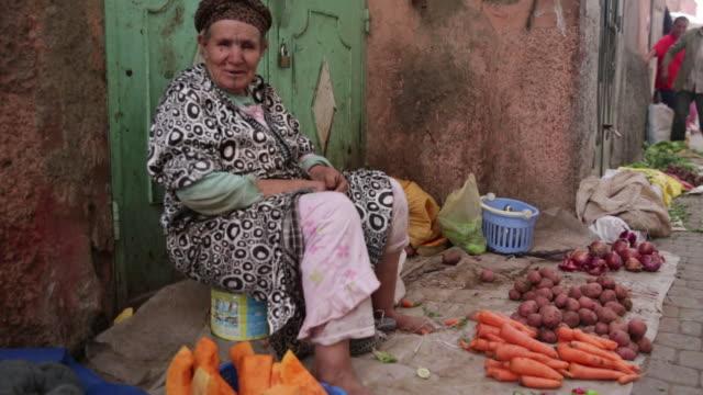 vidéos et rushes de woman selling vegetables - vêtement traditionnel