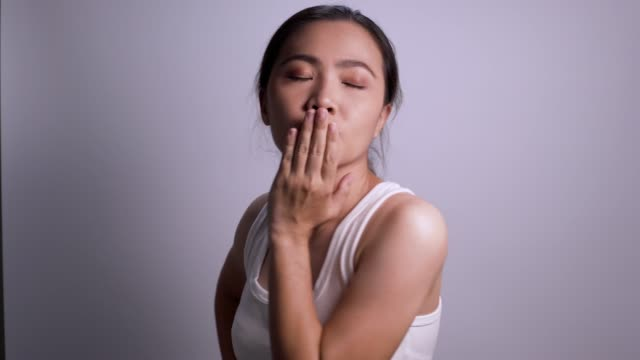 女性は分離カメラ ホワイト バック グラウンド 4 k で空気キスを送信します。 - 中国人点の映像素材/bロール
