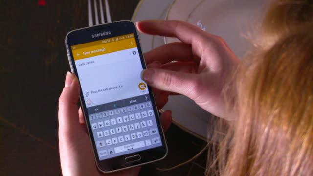 vídeos de stock, filmes e b-roll de woman sends 'pass the salt' text message - só uma mulher de idade mediana