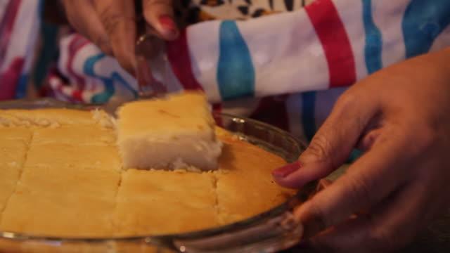 vídeos de stock, filmes e b-roll de a woman serves a dessert square on a plate  - só uma mulher madura