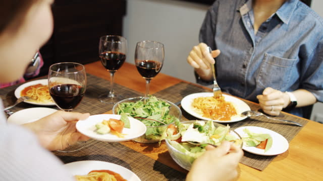 女性のディナー パーティーでサラダを提供 - 食事点の映像素材/bロール