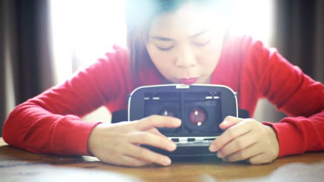 CU vrouw instelling spel met Virtual Reality Headset