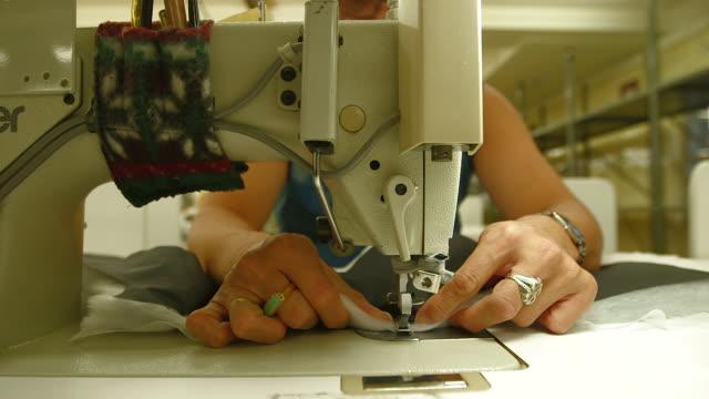 woman sewing coat - デザイナー服点の映像素材/bロール