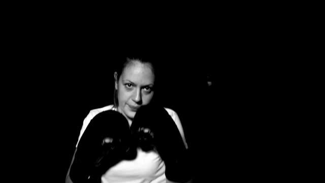 vídeos de stock e filmes b-roll de woman shadow boxing - musculado