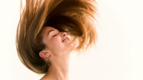 vídeos y material grabado en eventos de stock de woman shaking her hair in slow motion - mujer bella