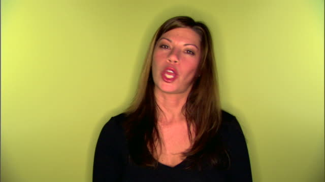 woman shaking her head and talking - kopf schütteln stock-videos und b-roll-filmmaterial