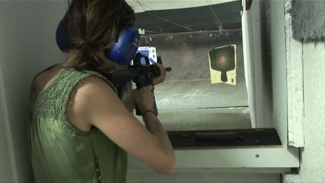 vidéos et rushes de ms zi woman shooting rifle at target at shooting range/ las vegas, nevada - tir à l'arme à feu