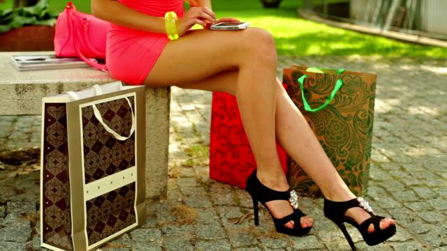 donna shopping e telefono. - minigonna video stock e b–roll