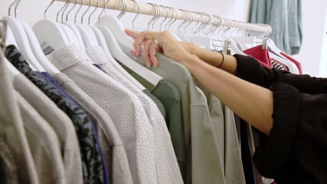 vídeos de stock e filmes b-roll de woman shopping at boutique post pandemic lockdown - escolher