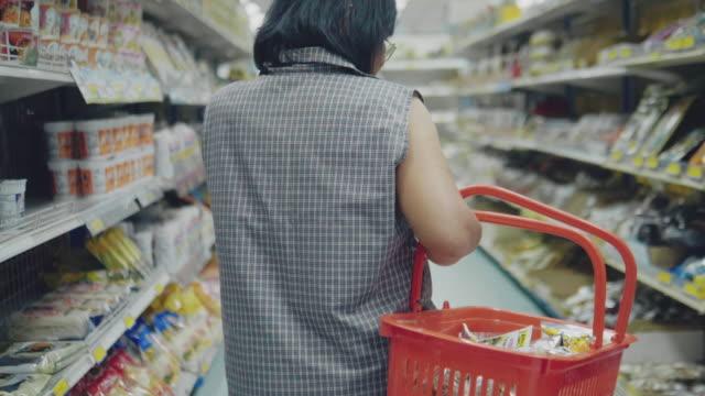 vídeos de stock, filmes e b-roll de compra da mulher no supermercado - etiqueta mensagem
