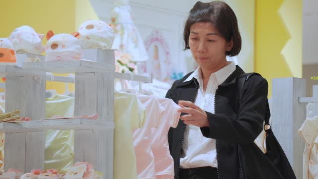 Frau shopping für Kleidung