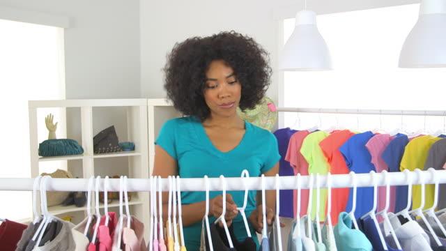 vídeos de stock e filmes b-roll de woman shopping for clothes - só uma mulher de idade mediana