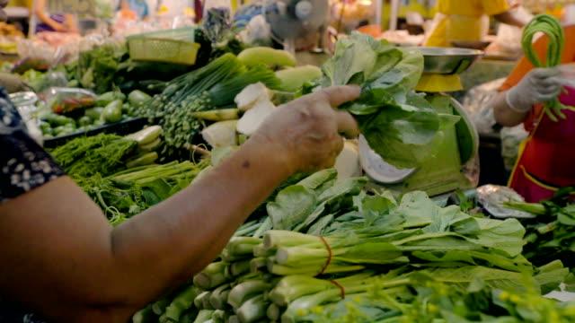vídeos y material grabado en eventos de stock de mujer de las compras de hortalizas frescas en el mercado. - feria agrícola