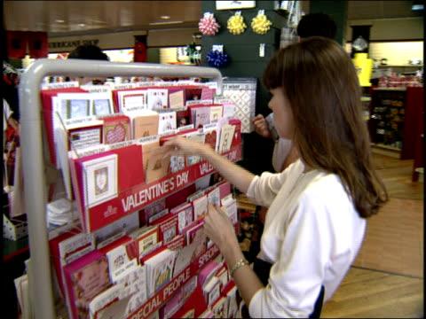 vídeos y material grabado en eventos de stock de woman shopping for valentine's day cards in miami - tarjeta del día de san valentín