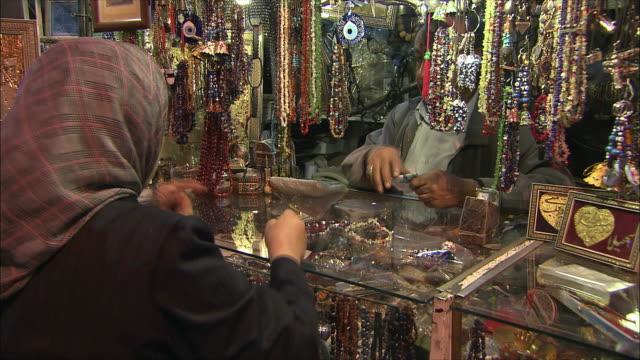 cu pan woman shopping in grand bazaar, isfahan, iran - skåp med glasdörrar bildbanksvideor och videomaterial från bakom kulisserna