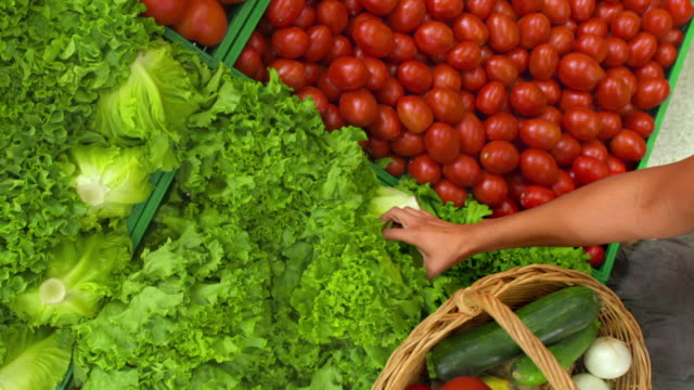 stockvideo's en b-roll-footage met hd crane: woman shopping in greengrocer's shop - mand