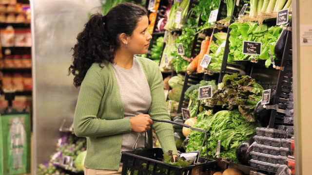 stockvideo's en b-roll-footage met ms woman shopping in grocery store / richmond, virginia, usa - gezonde voeding