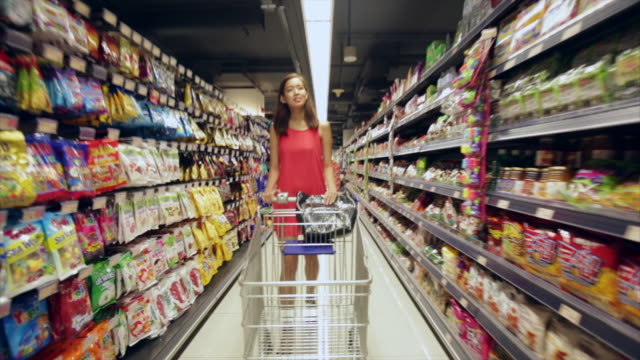 ws ts woman shopping in grocery store. - supermarkt einkäufe stock-videos und b-roll-filmmaterial