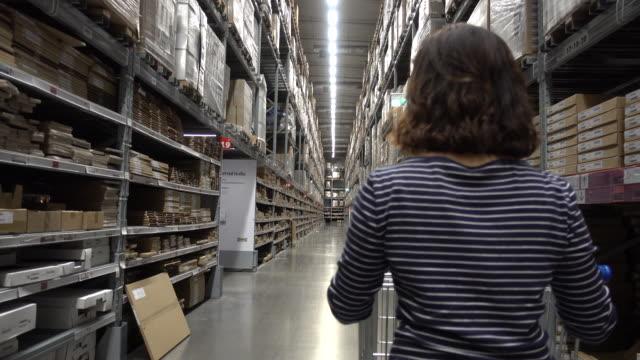 メガストアでの女性ショッピング - メガストア点の映像素材/bロール