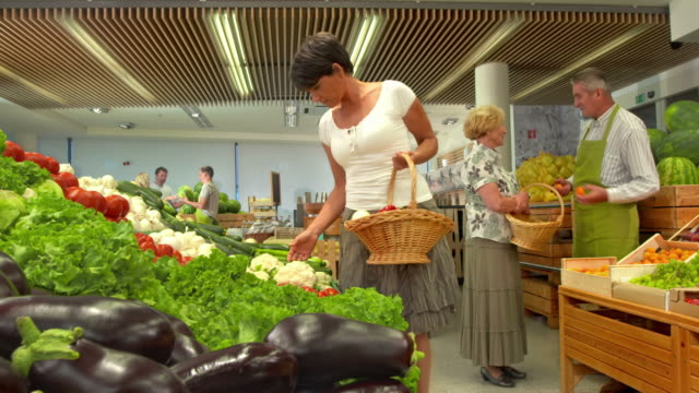 hd dolly: woman shopping in produce store - organic stock videos & royalty-free footage