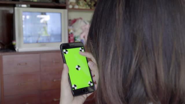 4K: woman shopping in smart phone.