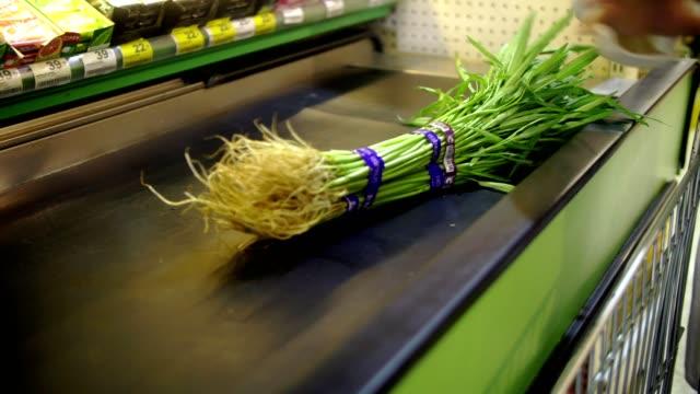 vídeos y material grabado en eventos de stock de mujer de compras en supermercado - super slow motion